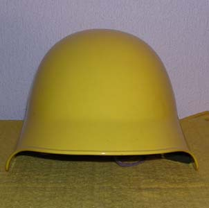 photo de face du casque suisse tole jaune