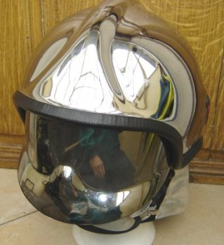 photo de face du casque rosenbauer chrome